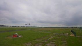 Atterrissage d'avion sur la piste dans l'aéroport, atteignant la destination d'arrivée, voyageant banque de vidéos