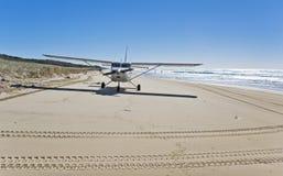Atterrissage d'avion sur la plage image libre de droits