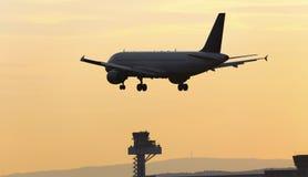 Atterrissage d'avion sur un aéroport le soir Images libres de droits