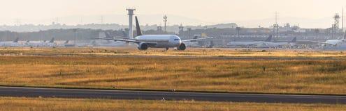 Atterrissage d'avion sur un aéroport le soir Photos libres de droits
