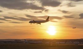 Atterrissage d'avion sur un aéroport le soir Photographie stock libre de droits