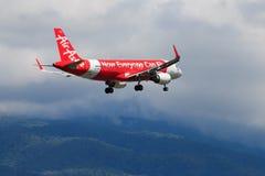 Atterrissage d'avion thaïlandais d'Air Asia à l'aéroport international de Chiangmai Photos stock
