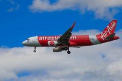 Atterrissage d'avion thaïlandais d'Air Asia à l'aéroport international de Chiangmai Photos libres de droits
