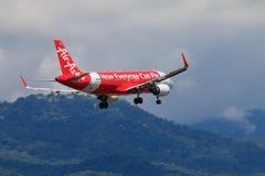 Atterrissage d'avion thaïlandais d'Air Asia à l'aéroport international de Chiangmai Images libres de droits