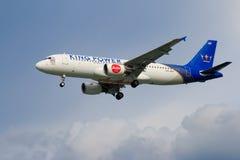 Atterrissage d'avion thaïlandais d'Air Asia à l'aéroport international de Chiangmai Image libre de droits