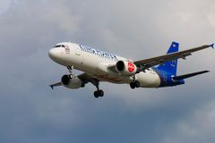 Atterrissage d'avion thaïlandais d'Air Asia à l'aéroport international de Chiangmai Photographie stock libre de droits