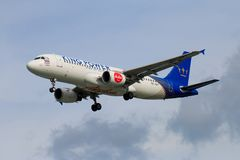 Atterrissage d'avion thaïlandais d'Air Asia à l'aéroport international de Chiangmai Images stock