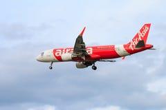 Atterrissage d'avion thaïlandais d'Air Asia à l'aéroport international de Chiangmai Photo stock