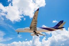 Atterrissage d'avion thaïlandais de voie aérienne à l'aéroport de Phuket Photographie stock