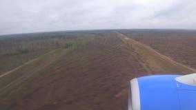 Atterrissage d'avion, vue de la fenêtre de l'avion de vol, mouvement rapide banque de vidéos