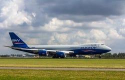Atterrissage d'avions à réaction de cargaison de Silkway Boeing 747 Photographie stock