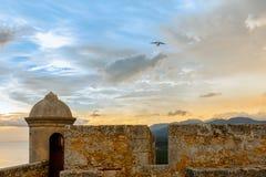 Atterrissage d'avions au-dessus des murs et de la tour de fort de roca de San Pedro de La, Photographie stock libre de droits