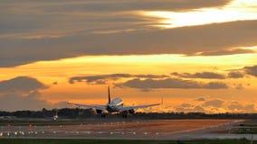 Atterrissage d'avions commerciaux à l'aéroport de Barcelone au coucher du soleil clips vidéos