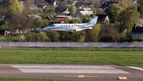 Atterrissage d'avions d'affaires d'Excel de citation de Cessna 560XLS sur la piste Photo stock