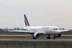 Atterrissage d'avions d'Air France Airbus A319-111 sur la piste Photos stock