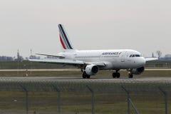 Atterrissage d'avions d'Air France Airbus A319-111 sur la piste Image stock