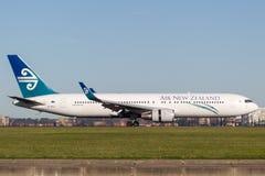 Atterrissage d'avions d'Air New Zealand Boeing 767 à l'aéroport de Sydney Photos libres de droits