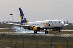 Atterrissage d'avions d'Azur Air Ukraine Boeing 737-800 sur la piste Image stock