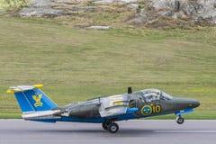 Atterrissage d'avions d'entraîneur de jet de SAAB 105 Images libres de droits