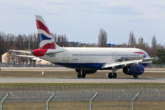 Atterrissage d'avions de British Airways Airbus A320-200 A320-200 sur la piste Image libre de droits