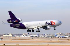 Atterrissage d'avions de Fedex Chicago Image stock