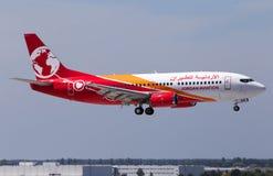 Atterrissage d'avions de JY-JAX Jordan Aviation Boeing 737-300 sur la piste Image libre de droits