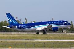 Atterrissage d'avions de 4K-AZ79 AZAL Azerbaijan Airlines Airbus A320-200 sur la piste Image stock