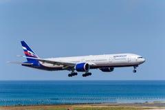 Atterrissage d'avions de ligne aérienne d'Aeroflot à l'aéroport de Phuket Images libres de droits