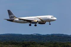 Atterrissage d'avions de lignes aériennes de Nesma à l'aéroport de Cologne Photo stock