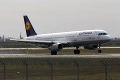 Atterrissage d'avions de Lufthansa Airbus A321-200 sur la piste Images libres de droits