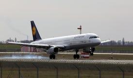 Atterrissage d'avions de Lufthansa Airbus A321-200 sur la piste Photographie stock