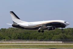 Atterrissage d'avions de LY-KLJ KlasJet Boeing 737-500 sur la piste Photo stock
