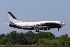 Atterrissage d'avions de LY-KLJ KlasJet Boeing 737-500 sur la piste Photographie stock