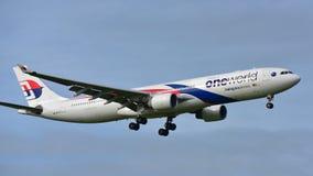 Atterrissage d'avions de Malaysia Airlines Airbus A330 à l'aéroport international d'Auckland Photographie stock libre de droits