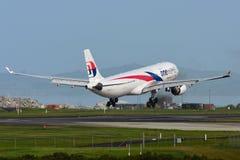 Atterrissage d'avions de Malaysia Airlines Airbus A330 à l'aéroport international d'Auckland Image libre de droits