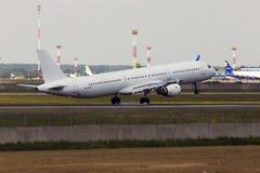 Atterrissage d'avions de Rose Aviation Airbus A321-200 de vent d'UR-WRT sur la piste Photographie stock libre de droits