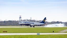 Atterrissage d'avions de Ryanair 737 à l'aéroport de Manchester R-U Photographie stock