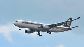 Atterrissage d'avions de Singapore Airlines Airbus A330 à l'aéroport de Changi Images stock