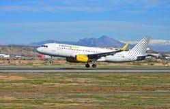 Atterrissage d'avions de transport de passagers à l'aéroport Photos stock