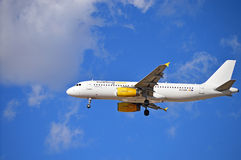 Atterrissage d'avions de Vueling Airlines Photo stock