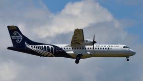 Atterrissage d'avions domestique de turbopropulseur d'Air New Zealand ATR-72 à l'aéroport international d'Auckland Image stock