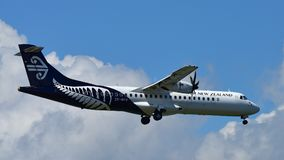 Atterrissage d'avions domestique de turbopropulseur d'Air New Zealand ATR-72 à l'aéroport international d'Auckland Photos stock
