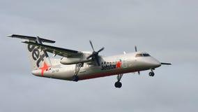 Atterrissage d'avions du turbopropulseur Q300 du tiret 8 de bombardier de Jetstar Airways à l'aéroport international d'Auckland Photo libre de droits
