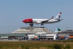 Atterrissage d'avions norvégien de lignes aériennes à l'aéroport de Cologne Image stock