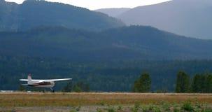 Atterrissage d'avions sur la piste 4k clips vidéos