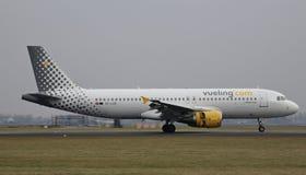 Atterrissage d'avions sur le Polderbaan à l'aéroport d'Amsterdam Schiphol Image stock