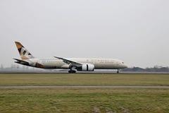 Atterrissage d'avions sur le Polderbaan à l'aéroport d'Amsterdam Schiphol Photos stock