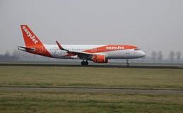 Atterrissage d'avions sur le Polderbaan à l'aéroport d'Amsterdam Schiphol Photographie stock libre de droits