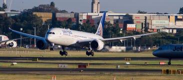 Atterrissage d'avions d'United Airlines Boeing 787 Dreamliner sur la piste Photos stock