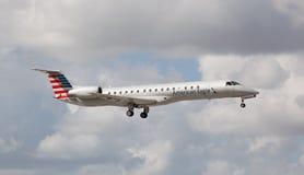 Atterrissage d'Eagle Airlines d'Américain d'Embraer ERJ-145 à Miami Photo stock